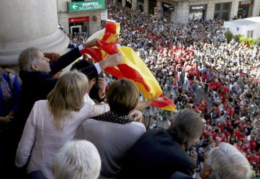 El líder del PPC, Alberto Fernández Díaz, intenta sacar al balcón del Ajuntament de Barcelona una bandera de España después de que el líder de ERC Alfred Bosch colgara una 'estelada'.