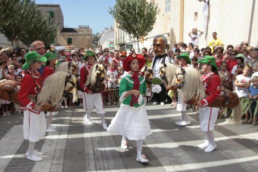 Los Cavallets de Felanitx danzan durante las fiestas patronales.