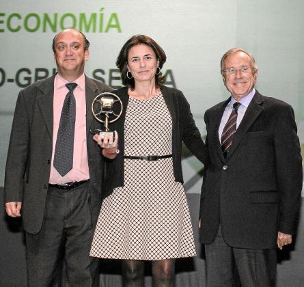 La editora del semanario Paula Serra junto al director Pep Verger (izquierda) recibieron el galardón de manos del entonces presidente de Sa Nostra, Fernando Alzamora (derecha).