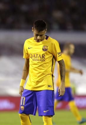 El delantero brasileño del Barcelona Neymar Jr., tras encajar su equipo el tercer gol del Celta, durante el partido de la quinta jornada de liga en Primera División.