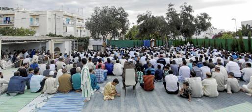 Numerosos musulmanes se congregaron para realizar una oración.