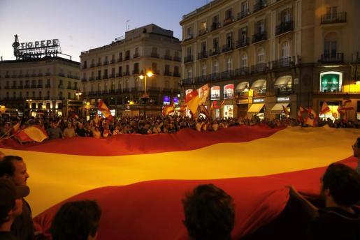 Un grupo de personas desplegó hoy una gran bandera de España en la Puerta del Sol de Madrid en una concentración convocada a través de las Redes Sociales en contra de la independencia de Catalunya.