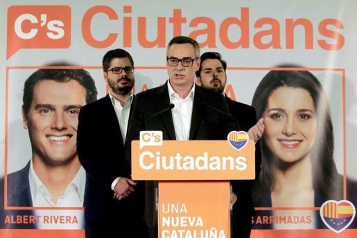 El jefe de campaña de Ciudadanos, José Manuel Villegas (c), junto al secretario de comunicación, Fernando de Páramo (d), y el secretario de organización, Fran Hervías (i), comparecen una vez cerradas las urnas en la sede electoral del partido.