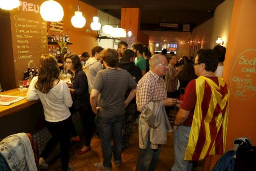Simpatizantes de la CUP en el bar Siset de Palma.
