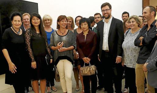 Pilar Ribal, Xu Dan, comisaria de la exposición; Francina Armengol, Liu Wengiu, agregada cultura de la Embajada de China en Madrid; Toni Noguera, Esperança Camps y Biel Barceló, en la inauguración de la Nit de l'Art en el Casal Solleric.