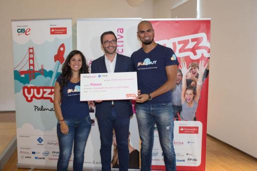 Dayana Anabel Verdi y Marc Iván Gritti, creadores de la aplicación Plaiout junto al alcalde José Hila.