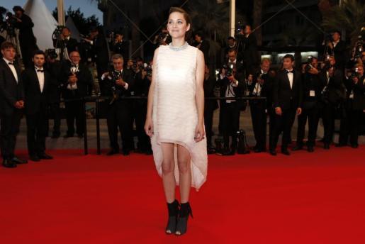 La actriz francesa Marion Cotillard posa a su llegada al estreno de 'Two Days, One Night' durante la edición 67 del Festival de Cine de Cannes en Cannes (Francia).