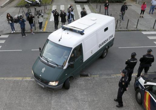 El furgón que traslada a Rosario Porto y Alfonso Basterra, los dos principales acusados de la muerte de su hija Asunta Basterrra, a su llegada al juzgado en la segunda jornada del juicio por el crimen de la menor.