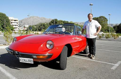 Marco Gallina, junto a su elegante Alfa Romeo de 1973 que le compró a su padre.