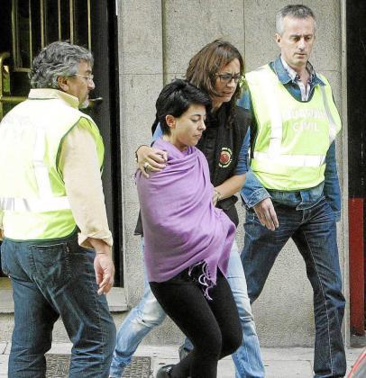 Rosario Porto acompañada por agentes de la Guardia Civil el día de su detención en la casa familiar. Foto: EFE