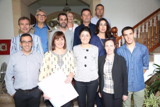 Francina Armengol junto a la alcaldesa y otros representantes del Consistorio de Son Servera.