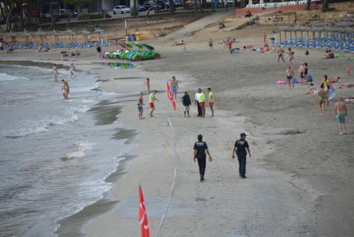 Momento del cierre parcial de una de las playas.