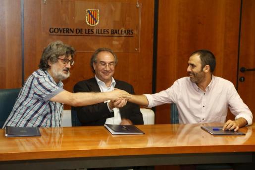 Biel Caldentey, Martí X. March y Toni Baos, este miércoles, firmaron la paz en educación.