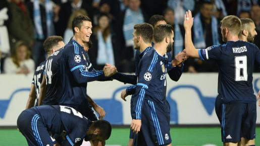 El delantero portugués del Real Madrid, Cristiano Ronaldo celebra con sus compañeros su tanto ante el Malmoe. Foto: ANDERS WIKLUND