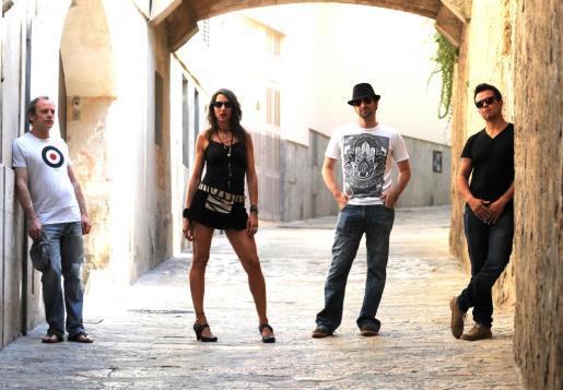 Fotografía promocional de Christa Elmer & Band Idos.