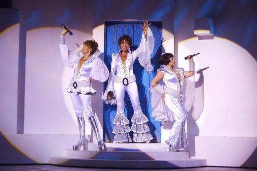 Una de las actuaciones musicales que se pueden ver durante el musical 'Mamma Mia!'.