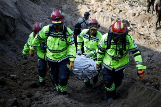 Servicios de emergencias, rescatando uno de los cadáveres.