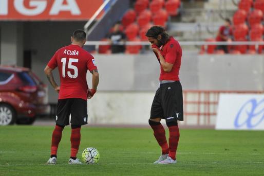 Los jugadores del Mallorca lamentan la derrota ante el Huesca.