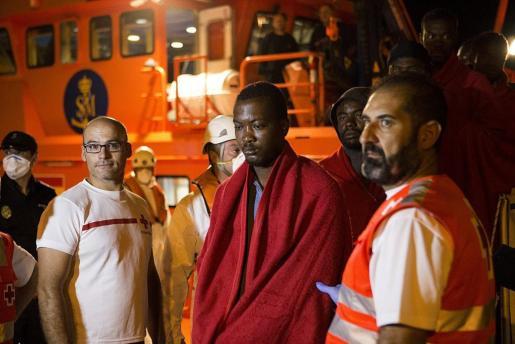 La Guardamar Calíope ha alcanzado el puerto de Motril sobre las 01,00 horas con 85 personas, de ellas trece mujeres y una niña de corta edad, rescatadas de dos pateras.