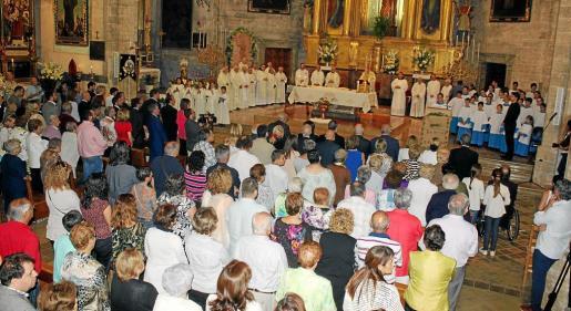 La parroquia de Sant Pere de Petra quedó pequeña para acoger a todos los asistentes a la ceremonia.