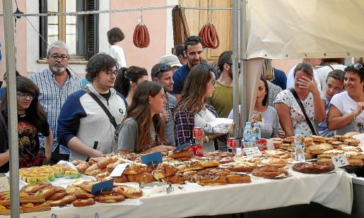 Los puestos de venta de dulces y pasteles se vieron saturados de público durante todo el día.