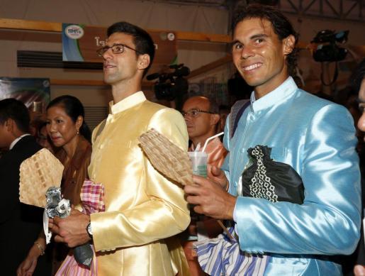 Los tenistas serbio Novak Djokovic (izq) y el mallorquín Rafael Nadal (dcha) visitan una feria tras reunirse con el primer ministro tailandés, Prayut Chan-o-cha.