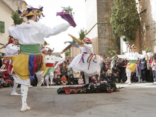 Los Cossiers llenan de colorido las calles de Algaida con sus danzas ancestrales.
