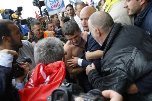 Mientras que el presidente de Air France, Frédéric Gagey, abandonaba de forma precipitada el lugar al ver entrar a los trabajadores, estos rodearon al director de recursos humanos, Xavier Broseta, (en la imagen) a quien desgarraron la camisa.