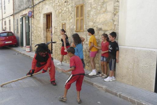 El dimoni sale a asustar a los niños antes de las 'corregudes de joies'.