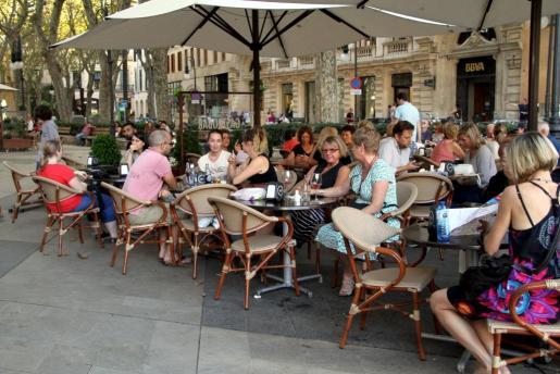 Imagen de archivo de turistas en una terraza de Palma.