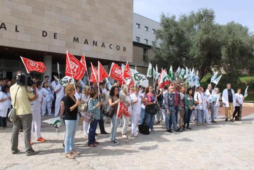 Personal del Hospital de Manacor y dirigentes sindicales se concentraron este lubes.