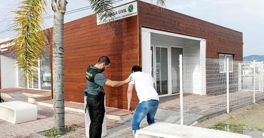 Un agente de la Guardia Civil atiende a un turista que se quería introducir por la ventana en la oficina de la Guardia Civil.