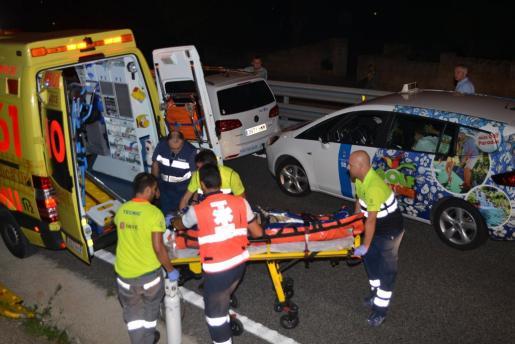 Personal sanitario, introduciendo al joven en la ambulancia.