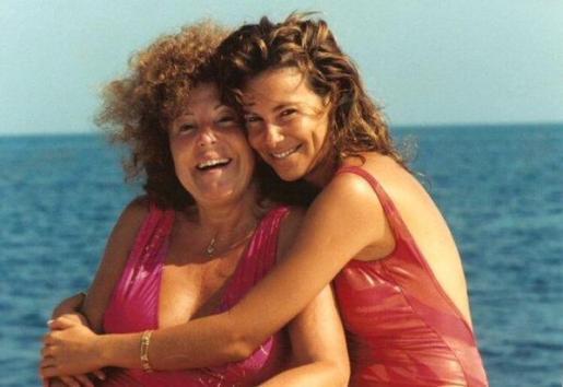 Ana García Obregón con su madre en Mallorca, en una imagen de archivo.