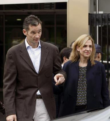 Fotografía de archivo de la infanta Cristina y su esposo, Iñaki Urdangarín, tomada el 25 de noviembre de 2012, a su salida del hospital madrileño Quirón San José, donde visitaron al rey Juan Carlos que fue intervenido para implantarle una prótesis en la cadera izquierda.