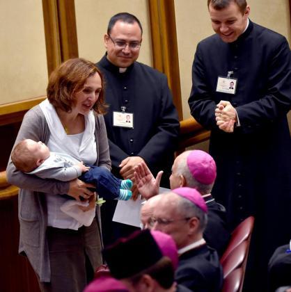 Davide Paloni en brazos de su madre Patrizia durante una nueva sesión de la Asamblea General Ordinaria del Sínodo de los Obispos sobre la Familia en el Vaticano.