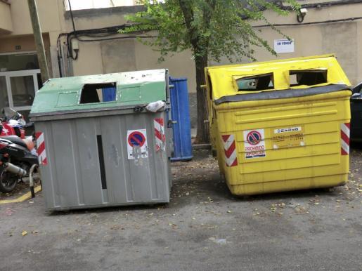 Contenedores de basura en mal estado en Palma.