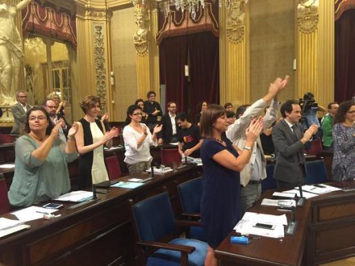 Diputados socialistas, con la presidenta Francina Armengol al frente, aplauden tras la derogación de la Llei de Símbols.