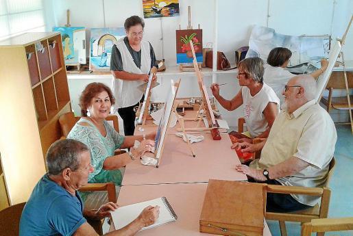 Parte de los alumnos del taller de pintura trabajaban ayer en el aula de la LLar Eivissa, atendiendo las explicaciones de su profesor, el artista argentino Walter Kopecky. Foto: MARILINA COSTA