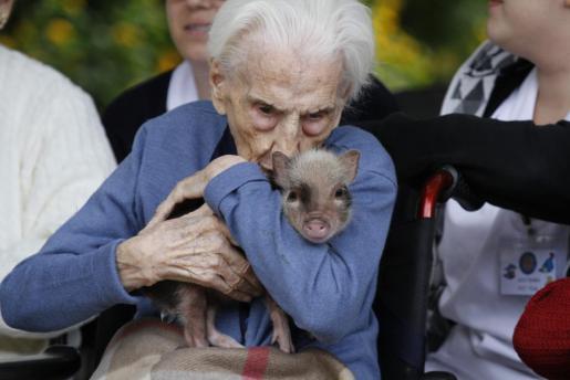 Teresa, a sus 100 años, recibió con cariño al pequeño 'Jackie'.