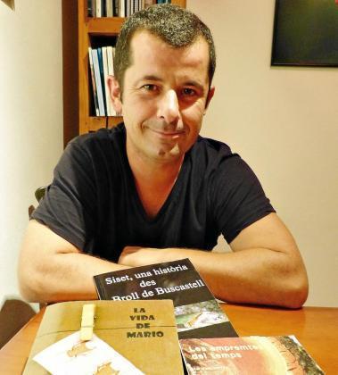 El escritor ibicenco Miguel Torres junto con sus dos novelas y su poemario, editados en papel.
