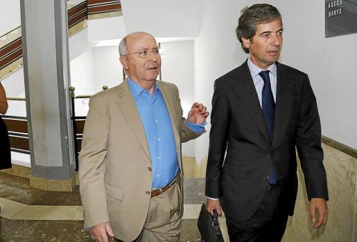 Areal, izquierda, junto a su abogado poco antes de prestar declaración en calidad de imputado el pasado 18 de septiembre.