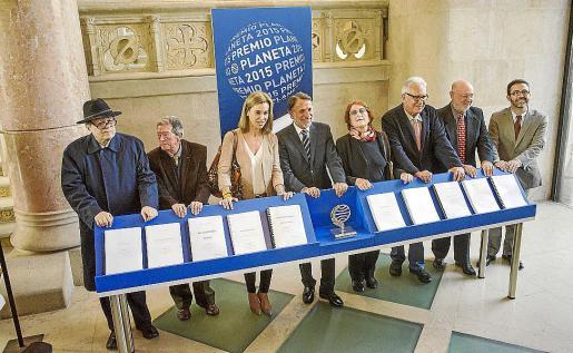 Pere Gimferrer, Alberto Blecua, Carmen Posadas, José Creuheras, Rosa Regàs, Fernando Delgado, Juan Eslava Galán y Emili Rosales, este miércoles en Barcelona.