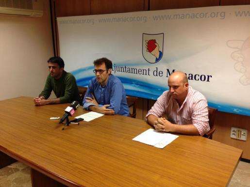 El regidor de Urbanismo y Obras, Joan Llodrà, el alcalde Miquel Oliver y el ingeniero Miquel Gelabert en rueda de prensa.