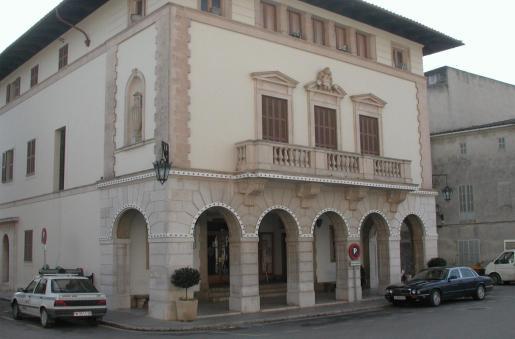 Fachada del edificio principal del Ajuntament de Muro
