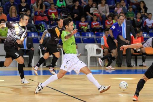 El jugador del Palma Futsal, Joao, rodeado de rivales.