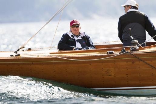 El rey Juan Carlos, acompañado por el navegante gallego Pedro Campos (2i), a bordo del 'Ian'.
