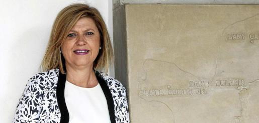 Ana María Costa, concejala de Cultura de Sant Antoni, posa momentos antes de la entrevista, junto a la entrada del Ayuntamiento del Municipio. Foto: DE