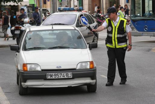 Un agente de la Policía Nacional realizando un control rutinario.