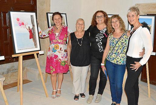 Yolanda Guerrero, Josefina Oliver, Xisca Mas, Margalida Flexas y Linda Breevart, junto a una de las fotografías de la colección.